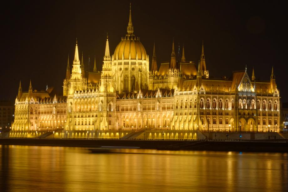 Le parlement de nuit à Budapest
