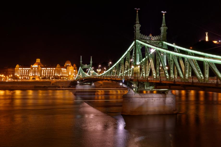 Pont de nuit à Budapest