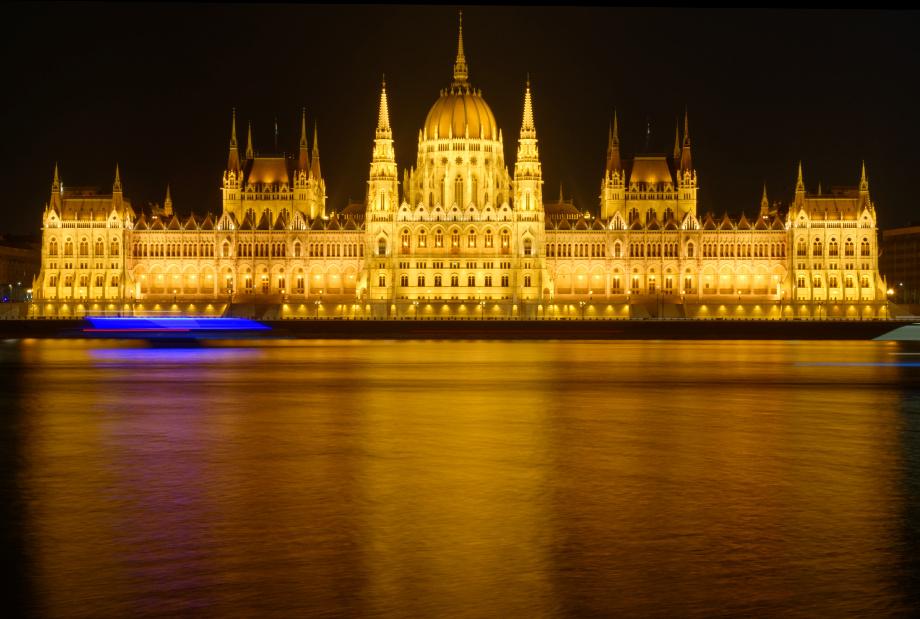 Vue du parlement et du danube de nuit
