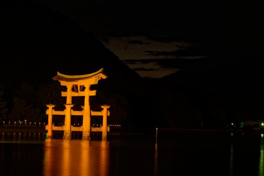 Vue nocturne du Torii de Miyajima