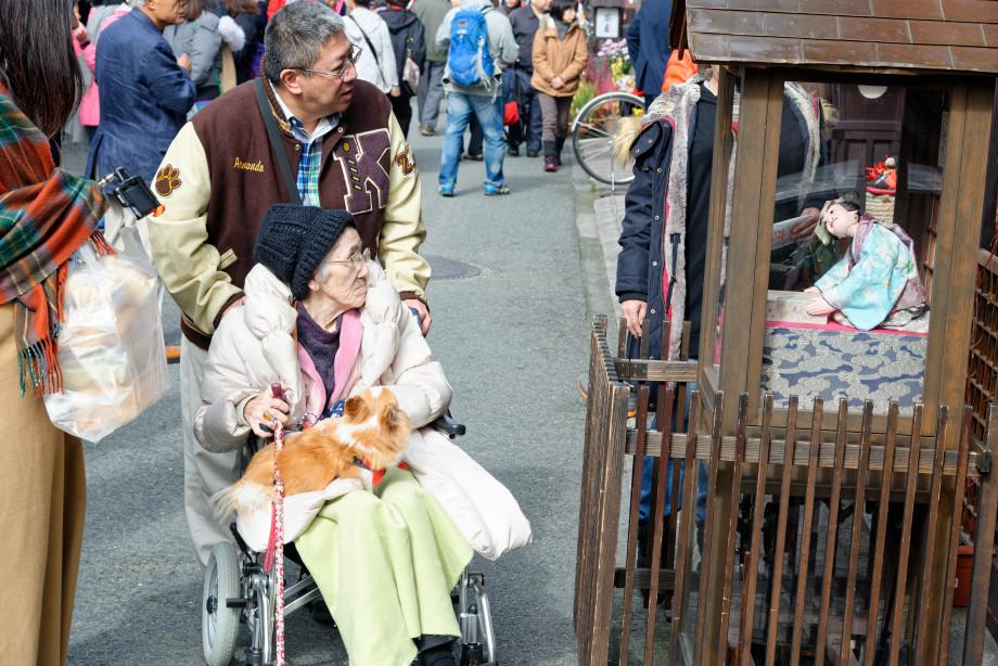 Grand-mère et poupée dans une rue de Takayama