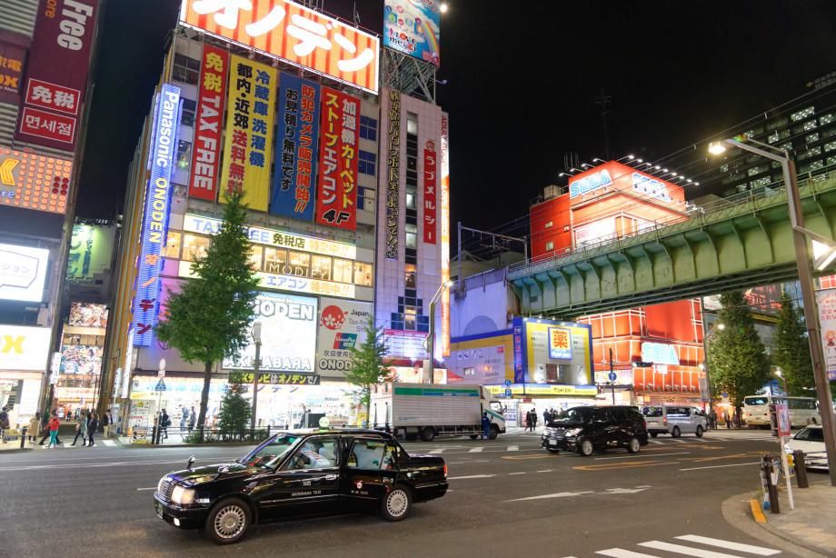 Rue du quartier Akihabara de nuit