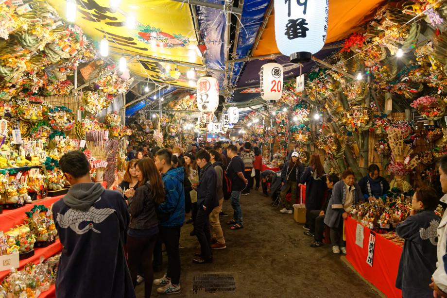 Stands de la fête Tori-no-Ichi à Tokyo