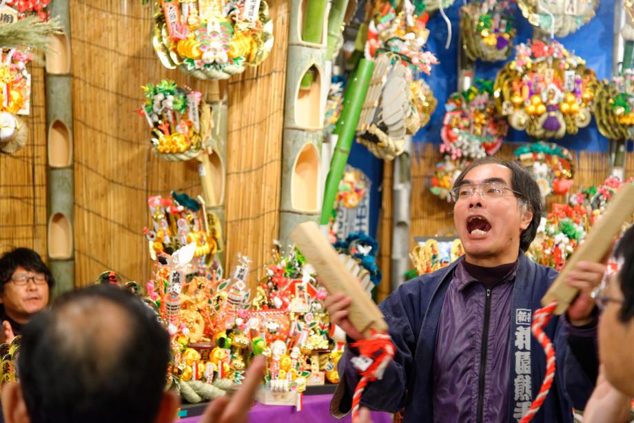 Vendeur à la fête Tori-no-Ichi à Tokyo
